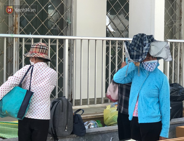Ảnh: Người thân bệnh nhân nằm vật vờ tại bệnh viện Bạch Mai dưới cái nóng gần 50 độ C - Ảnh 11.