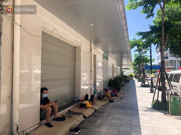 Ảnh: Người thân bệnh nhân nằm vật vờ tại bệnh viện Bạch Mai dưới cái nóng gần 50 độ C - Ảnh 13.