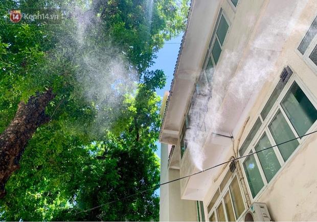 Ảnh: Người thân bệnh nhân nằm vật vờ tại bệnh viện Bạch Mai dưới cái nóng gần 50 độ C - Ảnh 9.