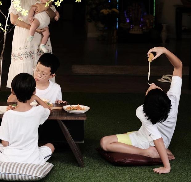 Subeo đón sinh nhật tại gia siêu sang xịn bên 2 em song sinh, cậu nhóc ngày nào nay thành anh cả lớn phổng phao rồi! - Ảnh 11.
