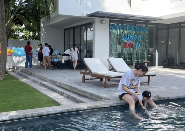 Vợ chồng Cường Đô La tổ chức sinh nhật cho Subeo tại villa sang chảnh, nụ cười hạnh phúc của cả gia đình thấy mà ngưỡng mộ - Ảnh 10.