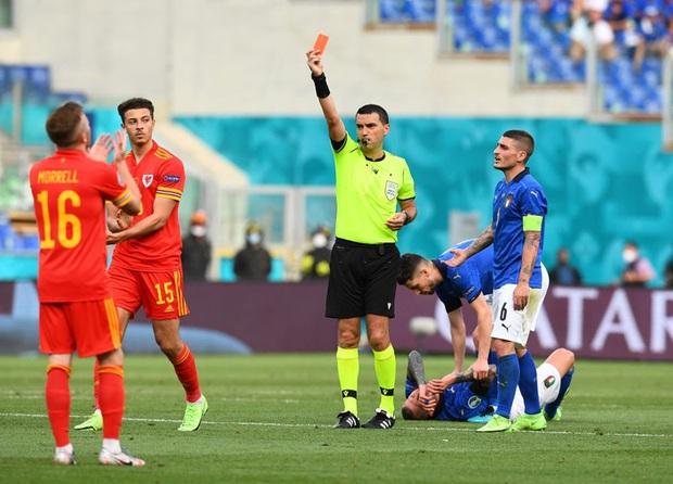 Hậu vệ xứ Wales ăn thẻ đỏ trực tiếp sau pha vào bóng bằng gầm giày nguy hiểm - Ảnh 1.