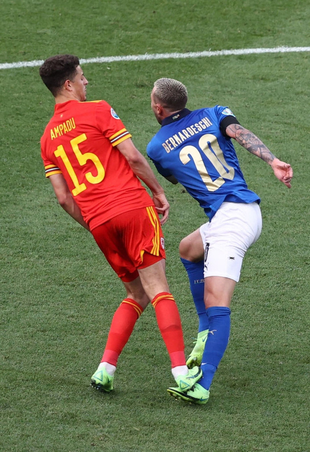 Hậu vệ xứ Wales ăn thẻ đỏ trực tiếp sau pha vào bóng bằng gầm giày nguy hiểm - Ảnh 2.