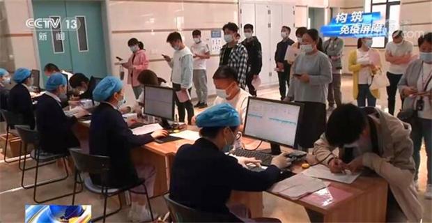 Trung Quốc thông báo hoàn thành việc tiêm hơn 1 tỷ liều vaccine Covid-19 - Ảnh 1.