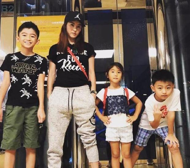 Vương Phi sinh con ở tuổi 51, Tạ Đình Phong gây tranh cãi vì lộ chuyện 11 năm không đón lễ tết cùng 2 quý tử - Ảnh 4.
