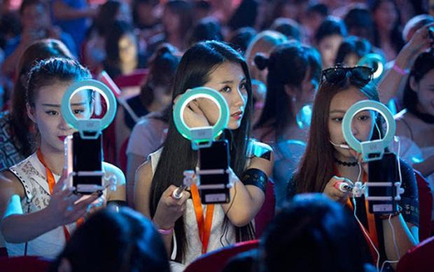 Vỡ mộng làm giàu nhờ livestream tại Trung Quốc - Ảnh 1.