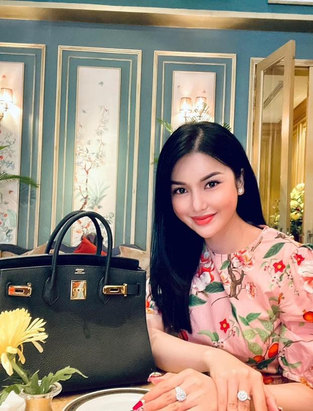 LiLy Chen - mỹ nhân bị đồn yêu cùng 1 tỷ phú với Ngọc Trinh: Tuổi thơ cơ cực sống bằng tiền từ thiện, nay sở hữu tài sản hàng chục tỷ đồng - Ảnh 3.