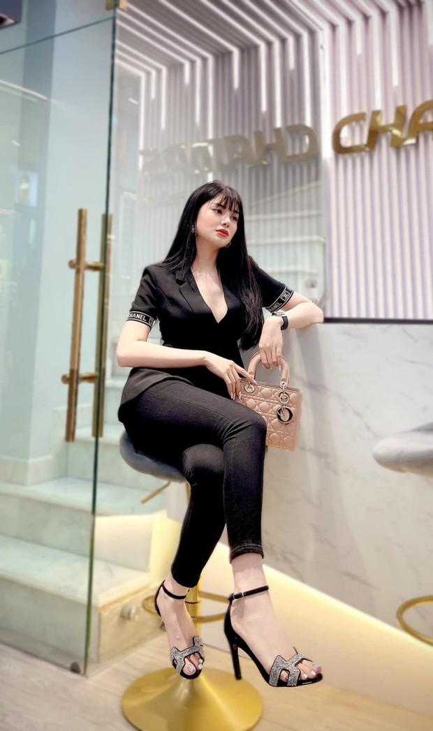 LiLy Chen - mỹ nhân bị đồn yêu cùng 1 tỷ phú với Ngọc Trinh: Tuổi thơ cơ cực sống bằng tiền từ thiện, nay sở hữu tài sản hàng chục tỷ đồng - Ảnh 5.