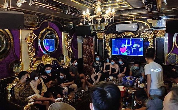 Giữa mùa dịch COVID-19, 20 nam thanh nữ tú ở Lào Cai tụ tập hát karaoke - Ảnh 1.