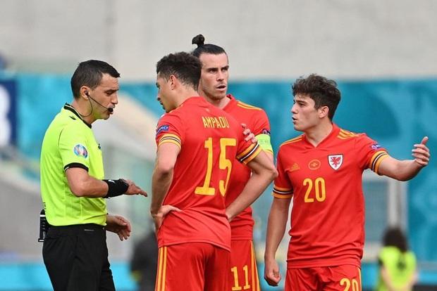 Hậu vệ xứ Wales ăn thẻ đỏ trực tiếp sau pha vào bóng bằng gầm giày nguy hiểm - Ảnh 3.
