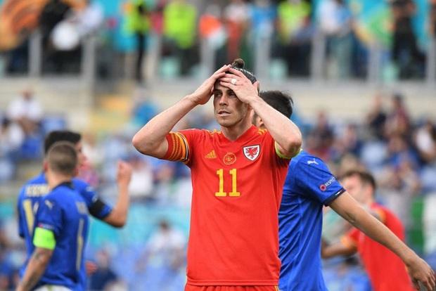 Hậu vệ xứ Wales ăn thẻ đỏ trực tiếp sau pha vào bóng bằng gầm giày nguy hiểm - Ảnh 5.
