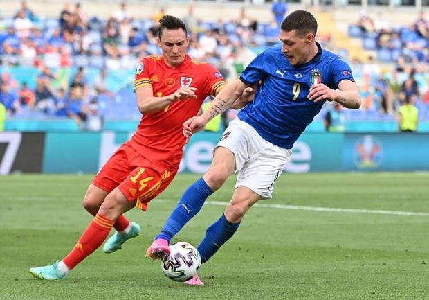 Hậu vệ xứ Wales ăn thẻ đỏ trực tiếp sau pha vào bóng bằng gầm giày nguy hiểm - Ảnh 6.