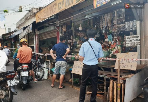 Nhiều tuyến đường ở Sài Gòn được giăng dây, lập hàng rào hạn chế để dẹp chợ tự phát - Ảnh 3.