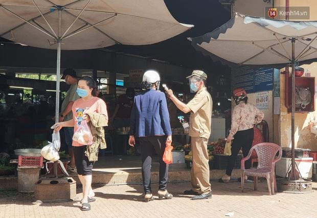 Nhiều tuyến đường ở Sài Gòn được giăng dây, lập hàng rào hạn chế để dẹp chợ tự phát - Ảnh 13.