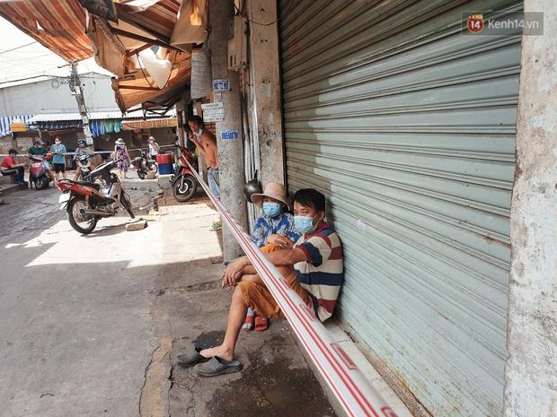 Nhiều tuyến đường ở Sài Gòn được giăng dây, lập hàng rào hạn chế để dẹp chợ tự phát - Ảnh 5.