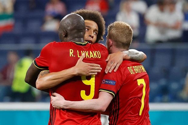 Người đẹp với vòng 1 ná thở chạy vào làm loạn trận đấu Euro 2020, dòng chữ trên áo gây chú ý không kém - Ảnh 9.