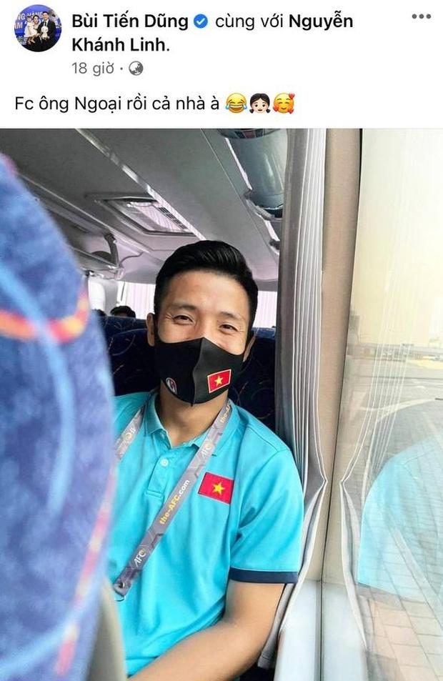 Đã đến ngày thứ 5 cách ly của ĐT Việt Nam: Có anh chơi lớn khoe ảnh cởi trần hôn bạn gái nóng 1000 độ! - Ảnh 4.