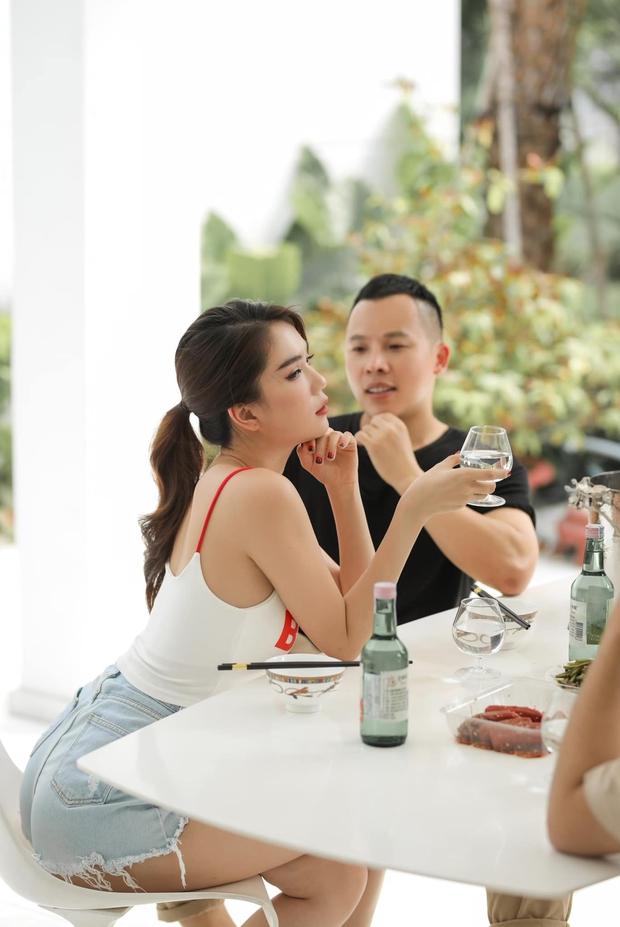 """Giữa biến chung bồ tỷ phú với Lily Chen, Ngọc Trinh tung ảnh nhậu nhẹt bên Vũ Khắc Tiệp, lại còn khéo """"thả thính"""" ai đây - Ảnh 3."""