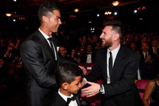 Éo le chuyện con nhà cầu thủ: Con trai Messi là fan cứng của Ronaldo, quý tử nhà Ronaldo lại mê tít Messi - Ảnh 2.