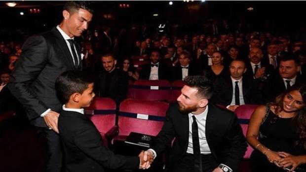 Éo le chuyện con nhà cầu thủ: Con trai Messi là fan cứng của Ronaldo, quý tử nhà Ronaldo lại mê tít Messi - Ảnh 1.