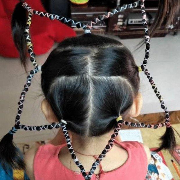 Cô giáo tết tóc cho bé gái siêu xinh, ai ngờ lại bị phụ huynh mắng té tát, còn phải đưa đến bệnh viện kiểm tra - Ảnh 2.
