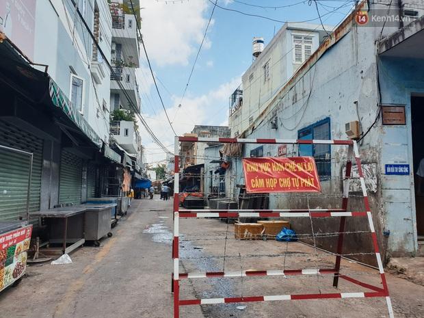 Nhiều tuyến đường ở Sài Gòn được giăng dây, lập hàng rào hạn chế để dẹp chợ tự phát - Ảnh 1.