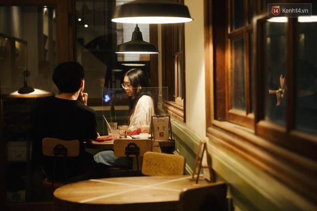 Giới trẻ Hà Nội đổ vào các quán cà phê trú mưa: Đã 1 tháng rồi mới thấy quang cảnh này! - Ảnh 3.
