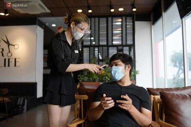 Ảnh: Sau gần 1 tháng chờ đợi, người dân đi cắt tóc gội đầu ngay trong sáng đầu tiên Hà Nội nới lỏng các dịch vụ - Ảnh 11.