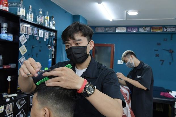 Ảnh: Sau gần 1 tháng chờ đợi, người dân đi cắt tóc gội đầu ngay trong sáng đầu tiên Hà Nội nới lỏng các dịch vụ - Ảnh 4.