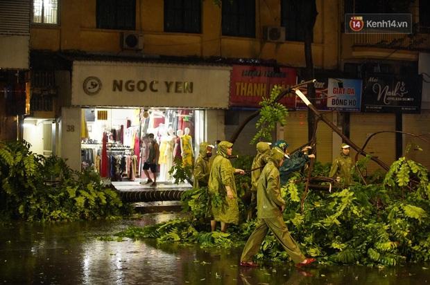 Hàng loạt cây xanh gãy đổ khắp đường phố Hà Nội sau cơn mưa giông tầm tã - Ảnh 2.