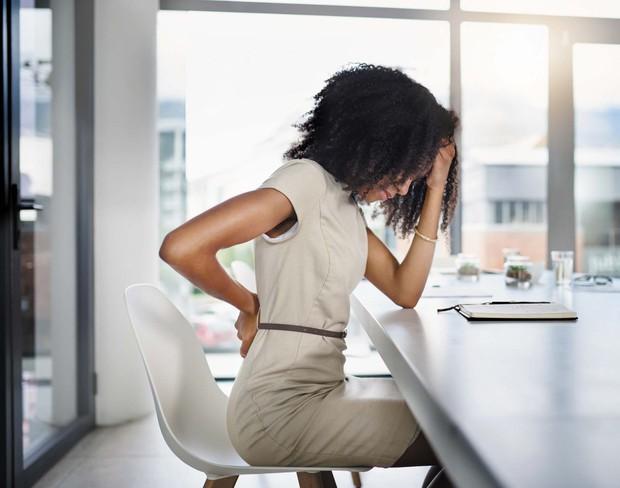 Cách chữa đau lưng do ngồi máy tính nhiều đơn giản dễ thực hiện tại nhà - Ảnh 1.