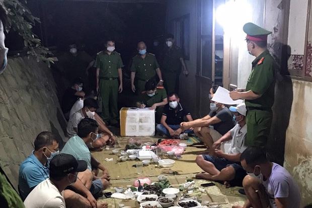 Bắc Giang: 11 người tụ tập ăn uống bị phạt 82,5 triệu đồng - Ảnh 1.