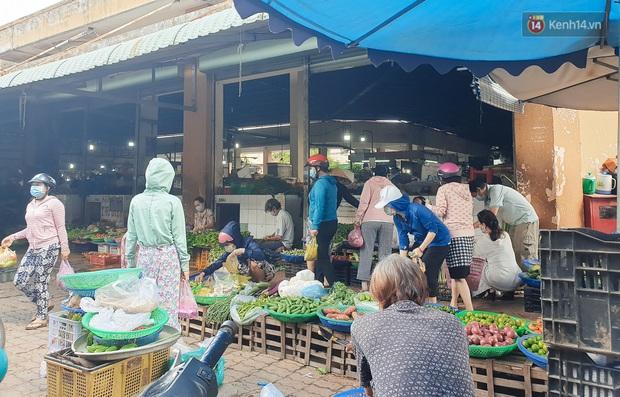 Nhiều tuyến đường ở Sài Gòn được giăng dây, lập hàng rào hạn chế để dẹp chợ tự phát - Ảnh 15.