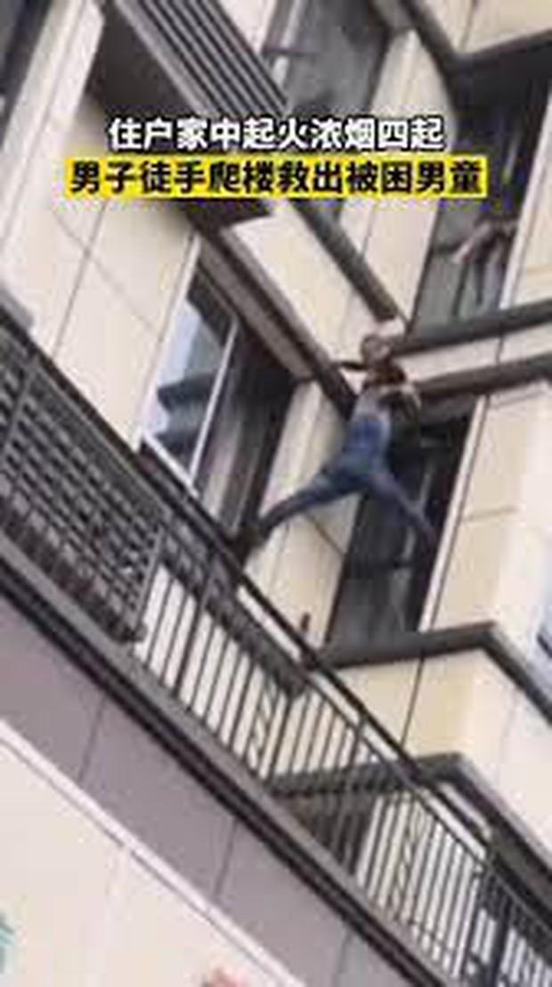 Clip: Người đàn ông tay không leo lên tầng 3 giải cứu em bé mắc kẹt trong đám cháy, cả phố nín thở đứng xem - Ảnh 4.