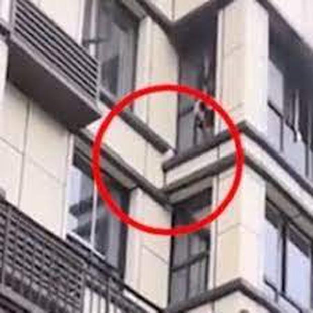 Clip: Người đàn ông tay không leo lên tầng 3 giải cứu em bé mắc kẹt trong đám cháy, cả phố nín thở đứng xem - Ảnh 5.