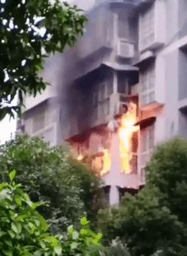 Clip: Người đàn ông tay không leo lên tầng 3 giải cứu em bé mắc kẹt trong đám cháy, cả phố nín thở đứng xem - Ảnh 3.