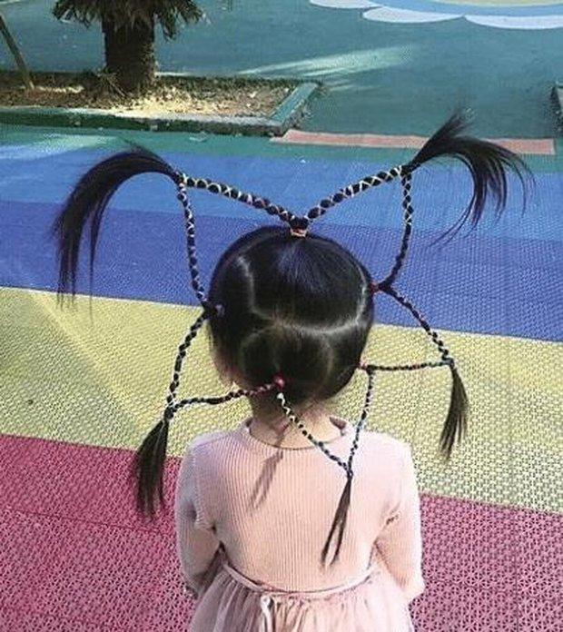 Cô giáo tết tóc cho bé gái siêu xinh, ai ngờ lại bị phụ huynh mắng té tát, còn phải đưa đến bệnh viện kiểm tra - Ảnh 1.