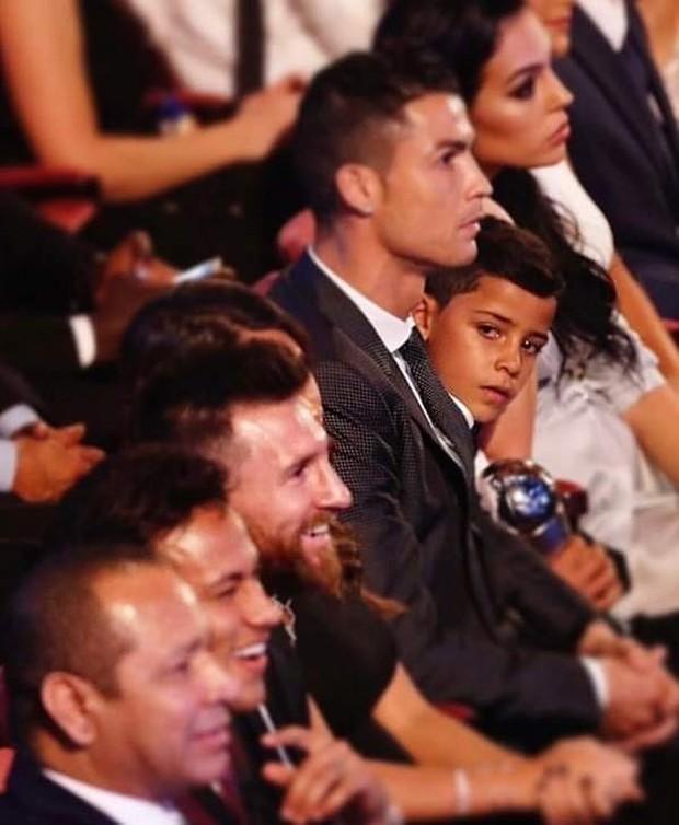 Éo le chuyện con nhà cầu thủ: Con trai Messi là fan cứng của Ronaldo, quý tử nhà Ronaldo lại mê tít Messi - Ảnh 3.