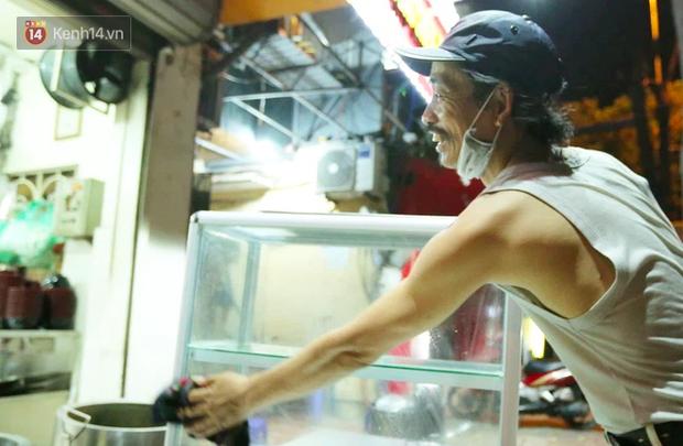 Ảnh: Chủ các hàng quán, tiệm tóc ở Hà Nội phấn khởi dọn dẹp xuyên đêm để chuẩn bị đón khách từ ngày 22/6 - Ảnh 7.