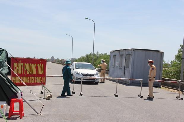 """Ảnh: Lực lượng công an """"phơi mình"""" dưới nắng 40 độ để chốt phòng chống dịch - Ảnh 7."""