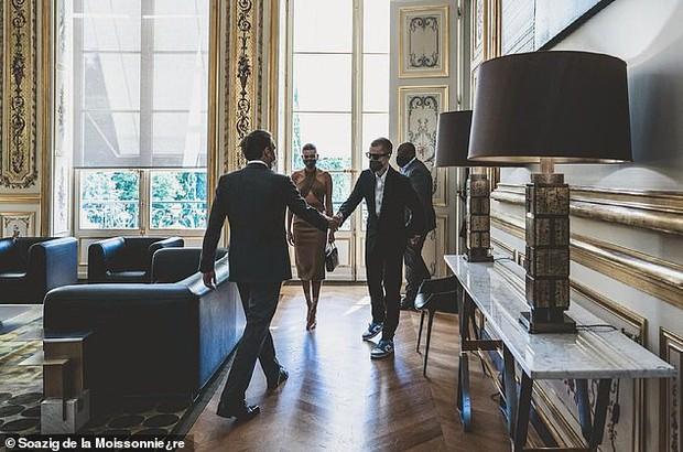 Tranh cãi Justin Bieber diện vest đi sneaker và Hailey hở bạo đến gặp Tổng thống Pháp, lí do hẹn gặp còn gây bức xúc hơn? - Ảnh 8.