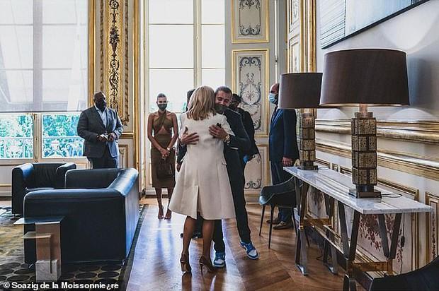 Tranh cãi Justin Bieber diện vest đi sneaker và Hailey hở bạo đến gặp Tổng thống Pháp, lí do hẹn gặp còn gây bức xúc hơn? - Ảnh 9.