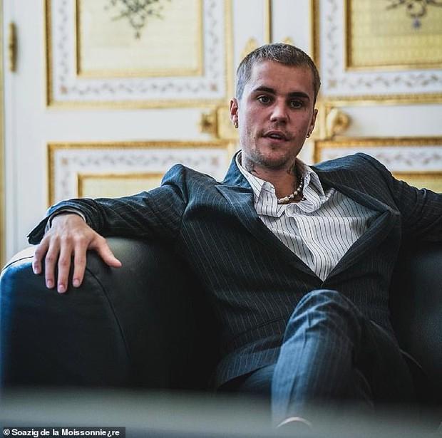 Tranh cãi Justin Bieber diện vest đi sneaker và Hailey hở bạo đến gặp Tổng thống Pháp, lí do hẹn gặp còn gây bức xúc hơn? - Ảnh 10.