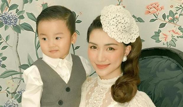 Con trai Hòa Minzy mới 20 tháng tuổi đã tự tìm sách đòi học bài, lại còn làm điều hiếm thấy, dân mạng vào khen nữ ca sĩ nuôi con khéo quá - Ảnh 4.