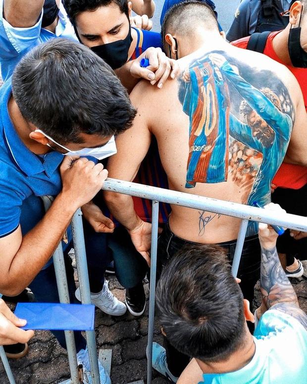 Fan xăm hình mình lên lưng, Lionel Messi đáp lại tình cảm bằng hành động cực chất - Ảnh 2.