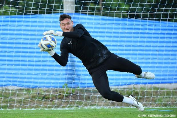 Đặng Văn Lâm tràn đầy năng lượng trong buổi tập đầu tiên tại Thái Lan chuẩn bị cho AFC Champions League 2021 - Ảnh 1.