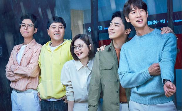 Jeon Mi Do ở hậu trường Hospital Playlist 2 bị tạt nước mưa, hội mỹ nam có hành động ngọt xỉu làm netizen ngất ngây - Ảnh 2.