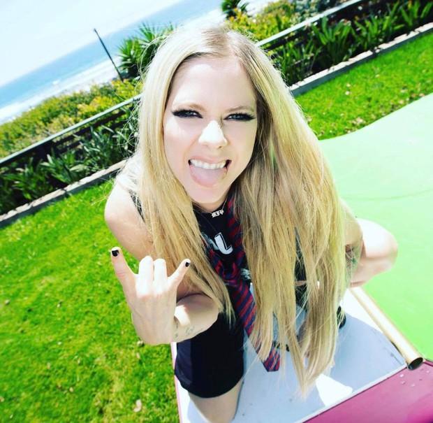 3,4 triệu người đang phát sốt vì clip của Avril Lavigne, nhan sắc sau 20 năm muốn lập kỷ lục hack tuổi thế giới hay gì? - Ảnh 7.