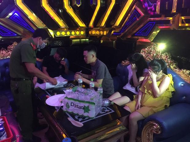 35 nam nữ bay lắc trong quán karaoke, có cả học sinh  - Ảnh 1.