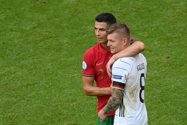 Sau khi Bồ Đào Nha thua tan nát, có một cầu thủ Đức đã giúp Ronaldo vui vẻ trở lại và đây là nội dung cuộc trò chuyện của cả hai - Ảnh 3.